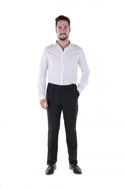 Hombre con camisa de vestir blanca y pantalon de vestir negro