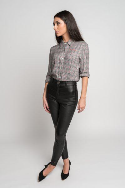 uniforme-gastronomico-camisa-entallada-recortes-diseno-tablas-mujer-katie-melua